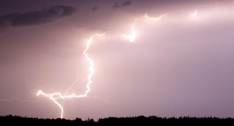 ВНорвегии мужчина снял навидео удар разгромившей его двор молнии