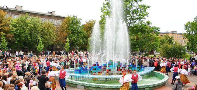 Праздничное открытие фонтана в парке у Нарвского ДК