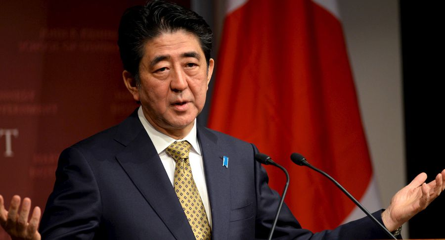 Забавное видео: Премьер Японии упал вяму, играя вгольф сТрампом