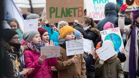 Koolinoorte kliimaprotest Riigikogu ees. Ligi 500 noort avaldas selle aasta 15. märtsil Toompeal meelt kliimamuutuste vastu ja lubas tagasi tulla kui midagi ei muutu.
