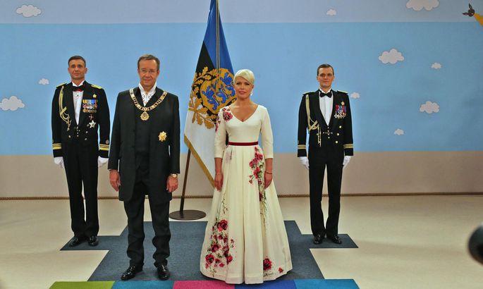 4e1b8a7c42c President Toomas Hendrik Ilves ja Evelin Ilves Jõhvi vastuvõtule kutsutud  külaliste kätlemise eel.