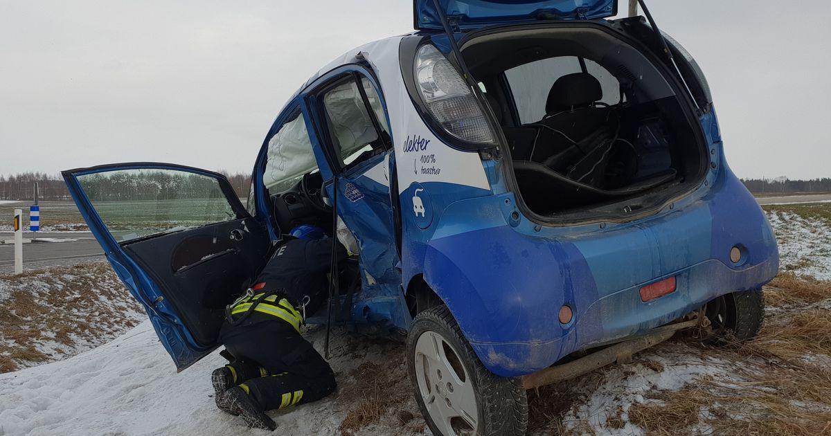 Fotod: elektriauto sõitis kaubikule ette