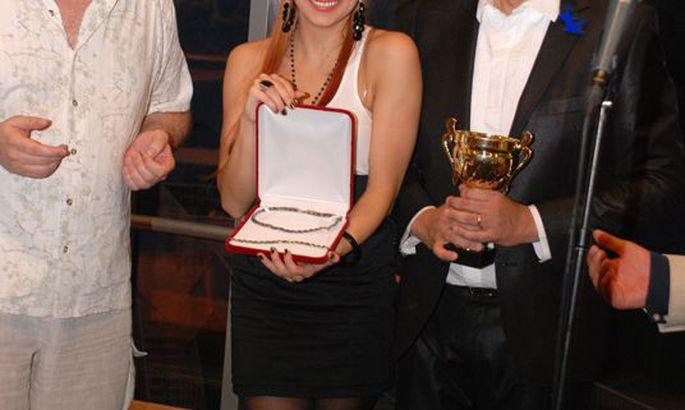 b9104bb71d2 Tanja Mihahailova ja Margus Hanson vahetasid kingitusi, võidumees Artur  Talvikul näib noobel žest värskeid mõtteid tekitavat