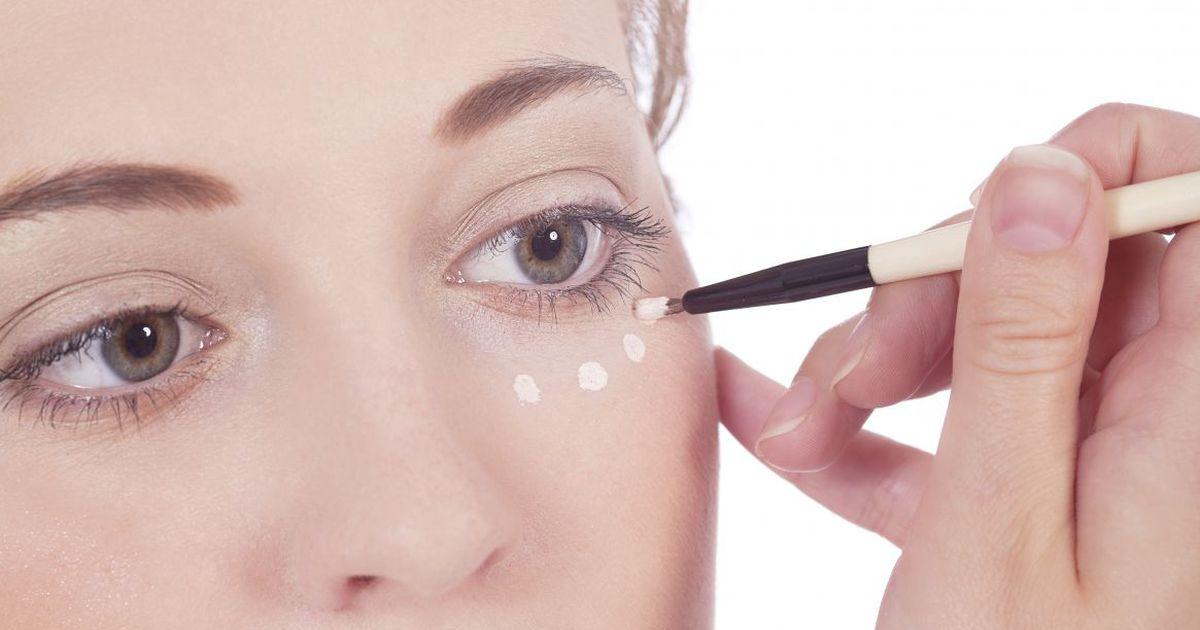 Слегка уменьшить отечность под глазами можно с помощью льда, улучшающего отток жидкости.