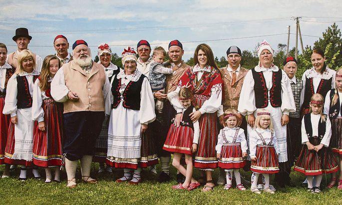 a492b44f991 Suguvõsa kokkutuleku pilt, mis kinnitab Eha Sarapu pühendumist rahvariiete  valmistamisele. FOTO: Erakogu
