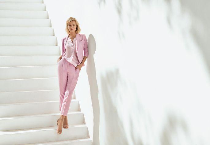 a7060b0808b Supermodell Eva Herzigova kehastab roosas pükskostüümis tänapäeva  power-naist. Jõud ja eneseusk ei sega olla rõhutatult naiselik. Gerry Weber.