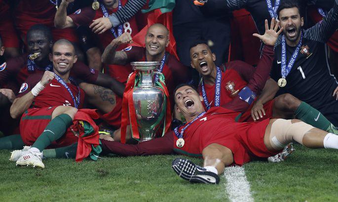 c02dbc28e27 Cristiano Ronaldo (esiplaanil) koos kaaslastega EM-tiitlit tähistamas.