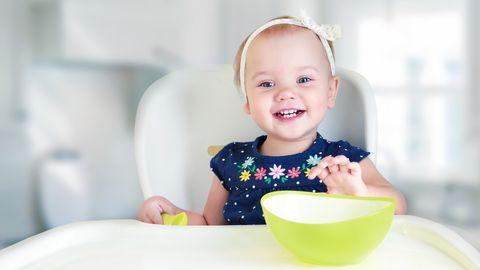 Üheaastane laps sööb lusikast ja joob ilusti tassist.