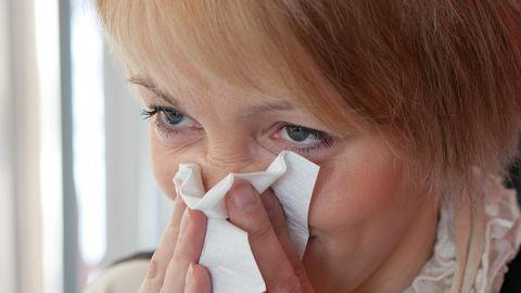 Rinoviirustele on iseloomulikud aevastamine, nohu, vahel esineb ka valulik kurk.
