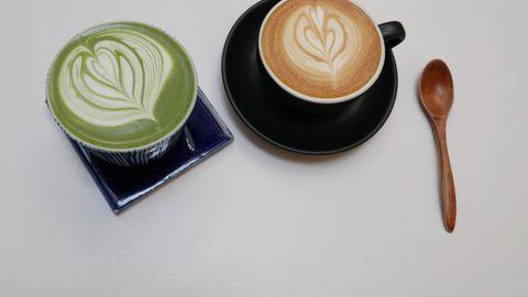 Nii roheline tee kui kohv sisaldavad mõlemad kofeiini, ent nende mõju kehale on veidi erinev.
