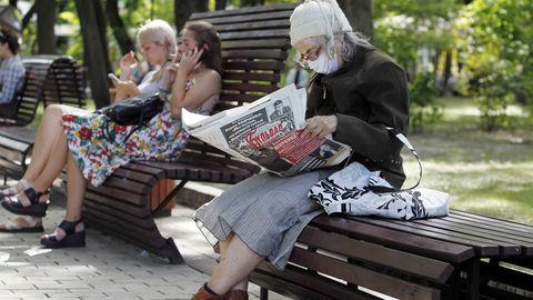 Naine Kiievi pargipingil lehte lugemas 9. augustil 2020. Uue koroonaviirusega nakatunute arv on hoogsalt tõusuteel; Ukrainas on suve jooksul nakatunute arv suurenenud 2,5 korda. Nüüdseks on selge, et erinevalt gripiviiruse hooajalisusest ei peata suvi SARS-CoV-2 levikut.