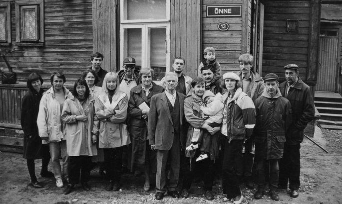 81d5fba4fb4 Meenutus aastast 1995, «Õnne 13» maja ette on kogunenud seriaali  võttemeeskond ja näitlejad. Tõnis Kask on tagumises reas nokamütsi ja  päikseprillidega.