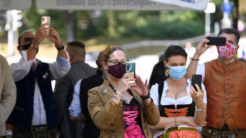 Illustreerival pildil maskides inimesed mini-Oktooberfestil Münchenis 19. septembril 2020.