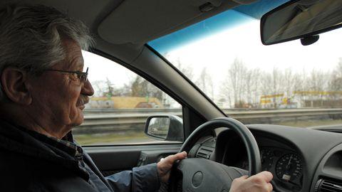 Autoroolis peab eakas autojuht arvestama, et vanuse kasvades aeglustub tema reageerimiskiirus ning halvenevad tähelepanu, kuulmine ja nägemine.