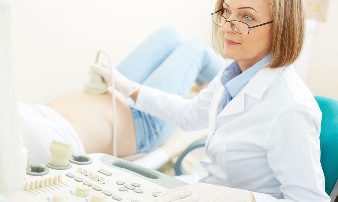 Молодая красивая девушка пришла к врачу гинекологу, поимела телку во все дыры трансы