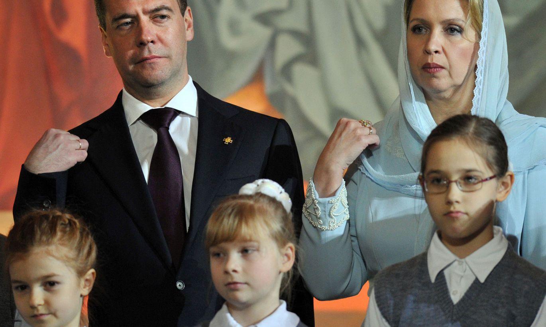 основу для фото медведева и его семьи дизель озадачил