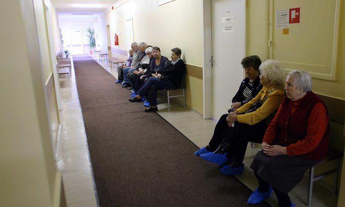 76c9a02c6b6 Viljandi haigla polikliiniku tühjas koridoris on esimesel streigipäeval  erandlikult rahvarohke silmaarsti kabineti uksetagune, kus eakad patsiendid  ootavad ...