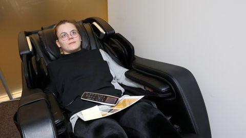 Massööriks õppiv Säde Lee Remmel kiitis seda, et tool masseeris ka käsi ja jalataldu, kuid tõdes, et inimene oskaks rohkem tähelepanu pöörata ta nõrgemale vasakule õlale.