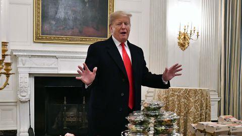 14. jaanuaril 2019 pakkus Trump külla tulnud sportlastele Valges Majas burgereid
