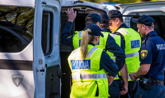Jaunieši pēc sevišķi cietsirdīgas slepkavības plāno bēgt no pilsētas; policija viņus aiztur