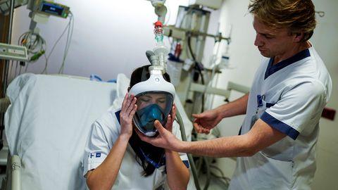 Belgia meditsiinitöötaja testimas koroonaviiruse puhangu leevendamiseks täiustatud hapnikumaske.