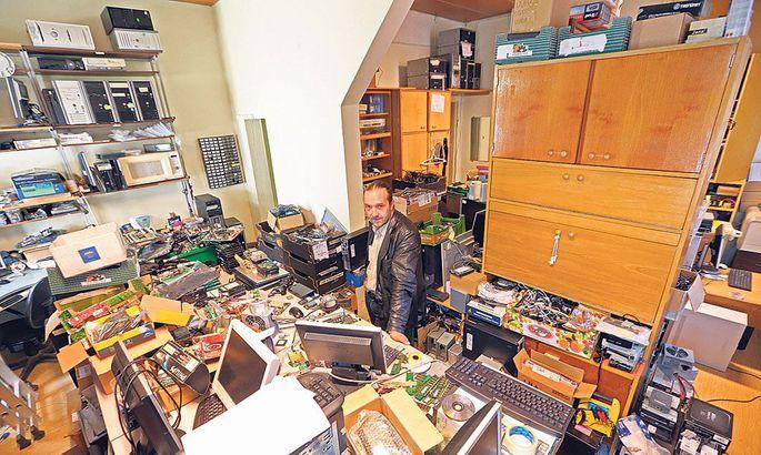 eca9a6ee311 Mittetulundusühingu Tehnikaringlus juhataja Vello Kivi näitab oma  kuningriiki, kus ta koos abilistega paneb kokku arvuteid neile, kes seda  endale ise osta ...