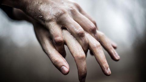 Koroonaviiruse leviku takistamiseks tuleb järgida kätehügieeni ehk teisisõnu: käsi tuleb pesta tihti ja 40-60 sekundi jooksul. Kätepesuks tuleb kasutada sooja vett ja seepi; avalikes kohtades kasutada alkoholipõhist käte desinfitseerimisvahendit. Illustreeriv foto käsi pesevast inimesest.