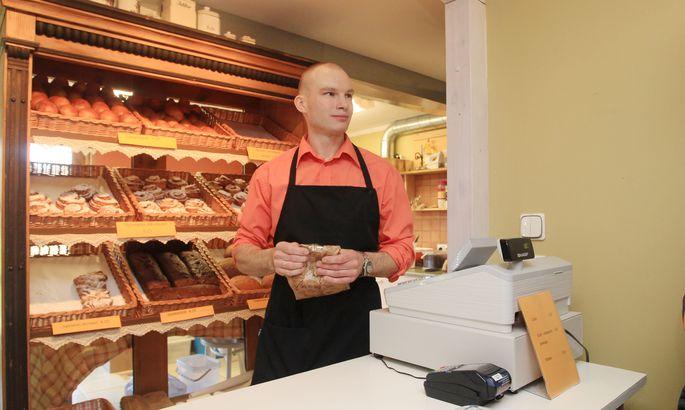 644b958fe24 Elar Grünberg töötab Saiasahwris koos abikaasa Marisega. Viimane küpsetab,  mees aga varustab toorainega ning müüb kaupa.