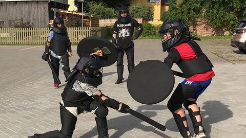 Treeningute käigus õpivad noored ajaloolisi mõõgavõitlustehnikaid, kaitserüüsid, relvi ja ajalugu, osalevad rahvusvahelistel sportliku pehmikmõõga võistlustel ning seikluslikes rollimängudes.