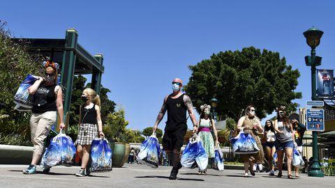Külastajad Disneylandis pärast avamispäevahommikust ostlemist. Sarnaselt Californiale avati nädalavahetusel ka Florida teemapark.
