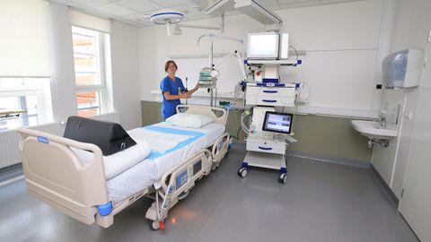 TÜ kliinikumi anestesioloogia ja intensiivravi kliiniku vanemõde Liisi Põldots Covid-19 patsiendi ootel.