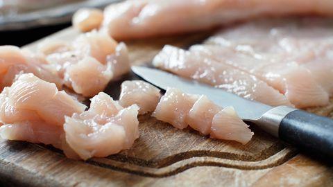 Salmonellad esinevad tapaloomade seedetraktis, aga ka linnumunades, pastöriseerimata piimas ja mujal loomsetes ning mitteloomset päritolu toiduainetes.