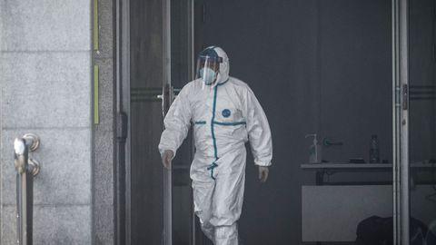 Viirusse nakatumise eest kaitseb sellega igasuguse kokkupuute vältimine. Hiinas kasutatakse selleks haigetega tegeledes kaitseülikondi.