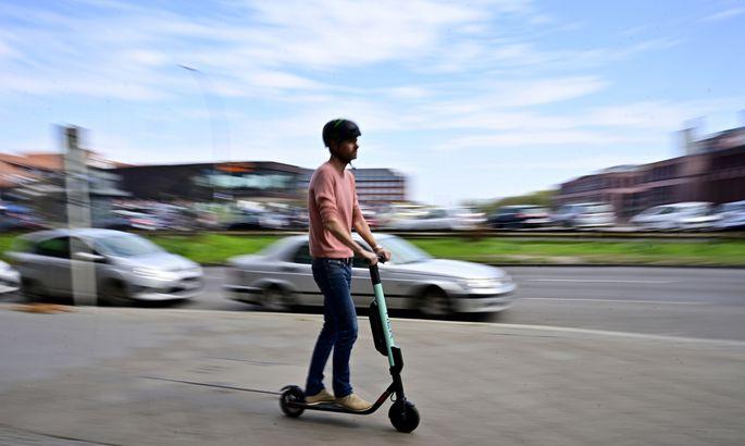 87% iedzīvotāju elektriskos skrejriteņus uzskata par draudu satiksmes drošībai