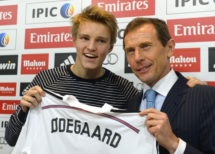 c7c31a7c165 Martin Ødegaard (vasakul) poseerimas Madridi Reali särgiga. Foto: Scanpix
